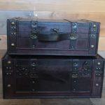 木製のアンティークトランクは収納できるインテリアとしてお得!